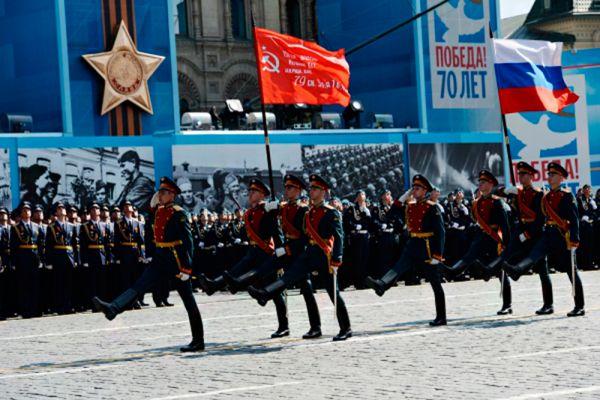 Военнослужащие знаменной группы во время военного парада в ознаменование 70-летия Победы в Великой Отечественной войне 1941-1945 годов.