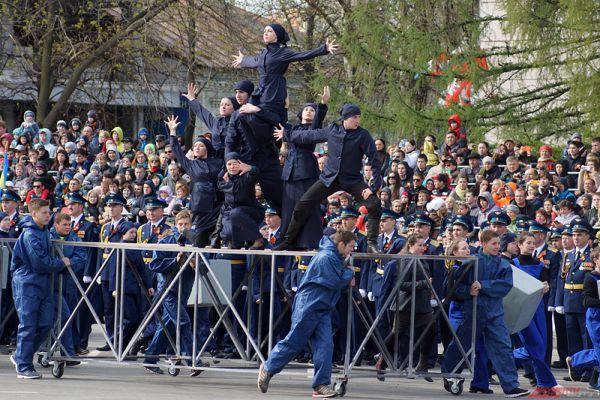 Начался парад с театрализованного пролога, в котором артисты в художественной форме представили жизнь Перми в годы войны.