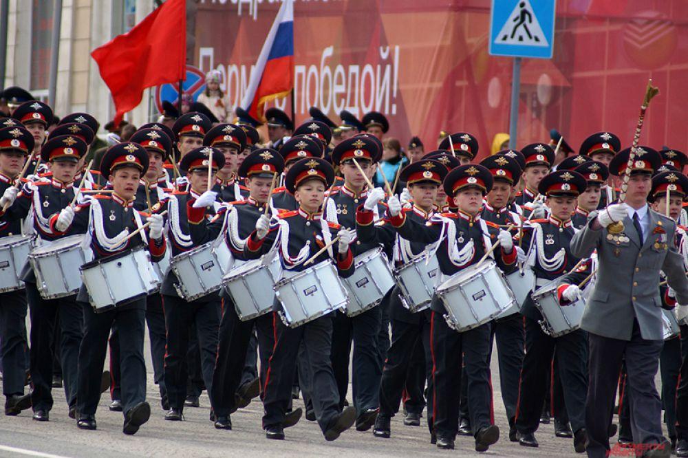Началось торжественное прохождение войск, которое в этом году было особенно впечатляющим: в нем приняли участие 24 «коробки» (в прошлом году – 16).