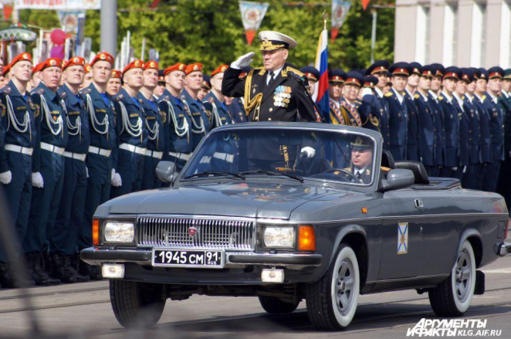 Сначала парадом по главной площади областного центра прошли пешие расчеты, затем проехала боевая техника, включая самые современные разработки российского ВПК.