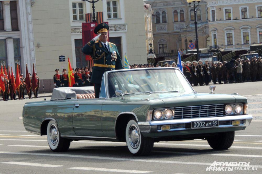 Командующий парадом поприветствовал войска.