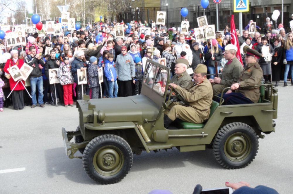 По улице Мира движется техника времен Великой Отечественной войны.