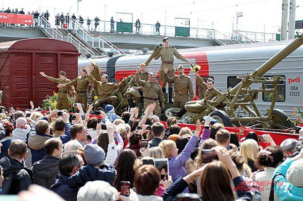 Под звуки марша «Прощание славянки» он въехал на Главный вокзал, привезя с собой солдат, победителей войны.