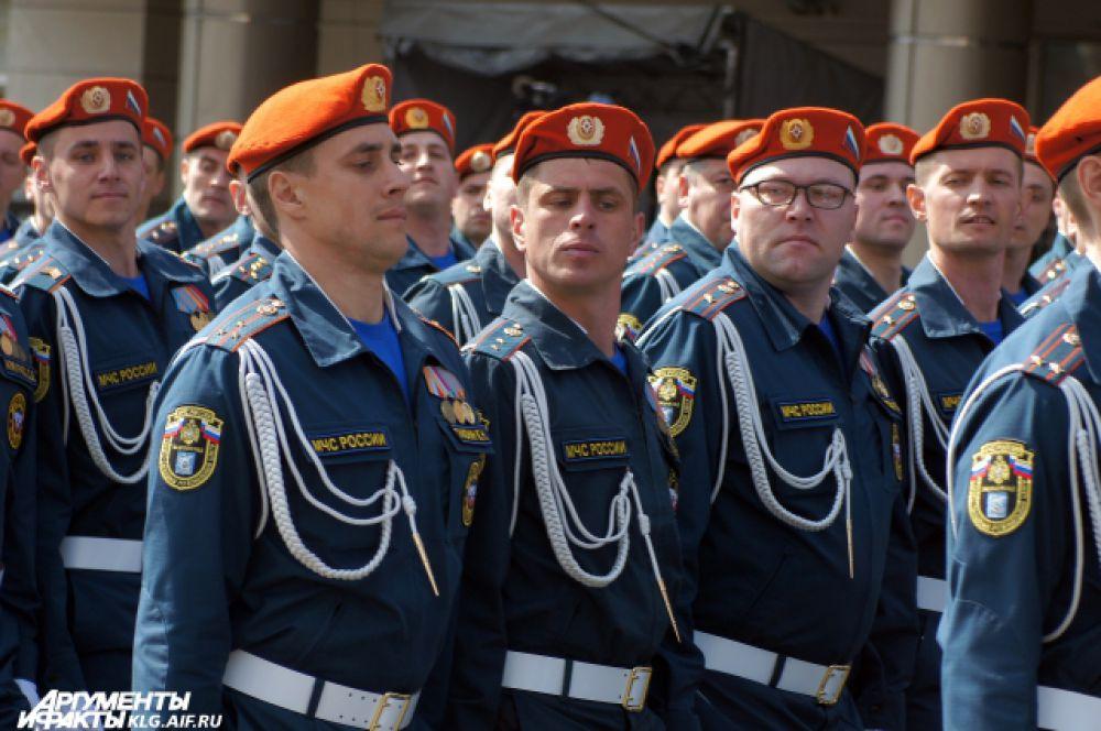 Впервые в параде в Калининграде приняли участие представители МЧС.