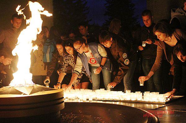 Они отдали долг солдатам, возложив свечи к Вечному огню.