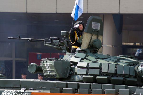 По главной площади Калининграда прошли бронетранспортеры БТР-82А и автомобили КамАЗ-4350 и 43501 из семейства «Мустанг», крупнокалиберные пушки «Гиацинт».