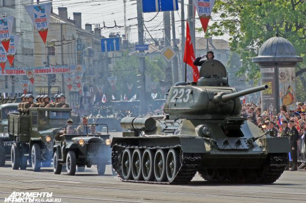 Во главе механизированной колонны впервые на площади Победы жители и гости Калининграда смогли увидеть легендарный танк Т-34, который в годы Великой отечественной войны участвовал в штурме крепости-города Кенигсберг. Он проехал по главной площади города своим ходом. Боевую машину выпуска 1943 года восстановили специально к 9 мая.