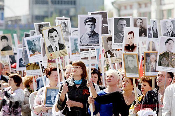 Люди держали в руках портреты своих родственников, близких, друзей, сражавшихся на той войне.