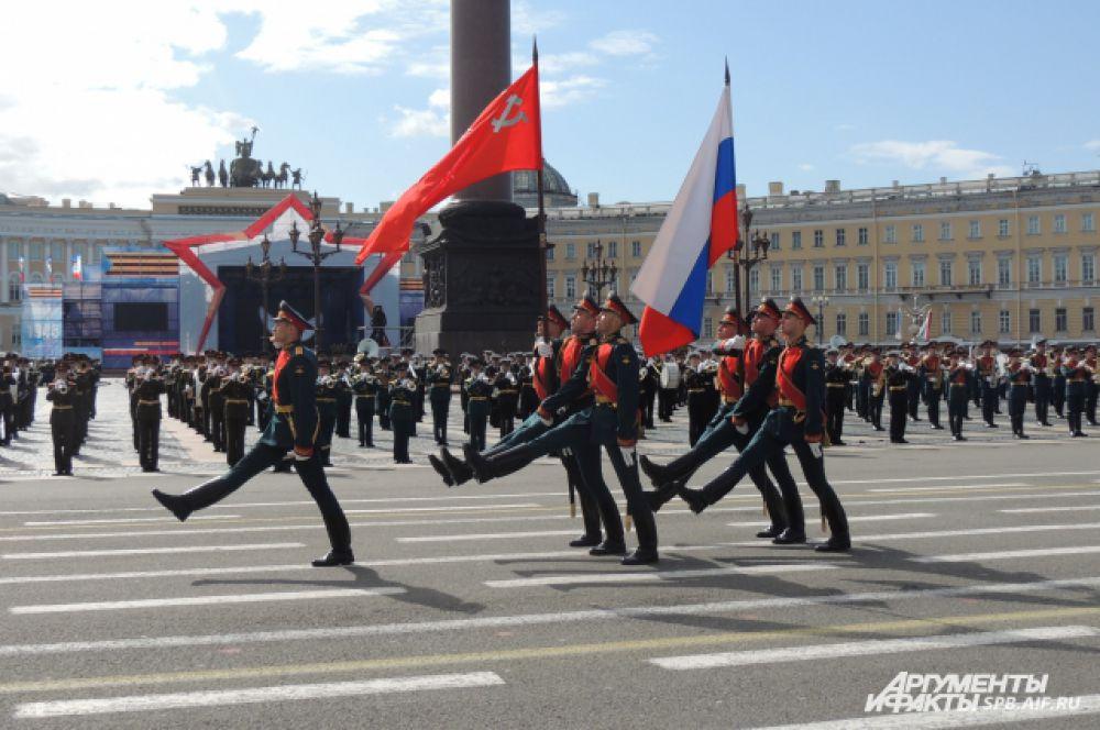 Военные пронесли по площади российский флаг.