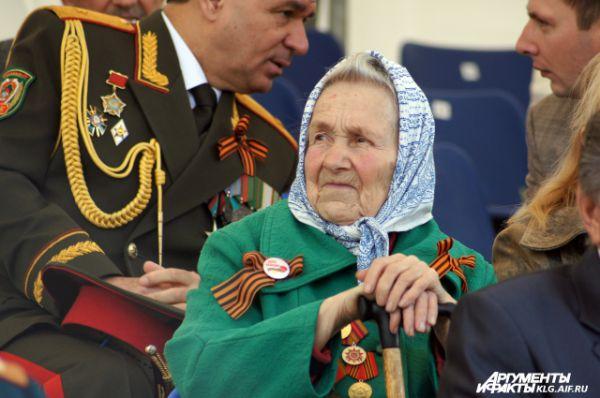 Зрители трибуне перед началом военного парада в ознаменование 70-летия Победы в Великой Отечественной войне 1941-1945 годов.