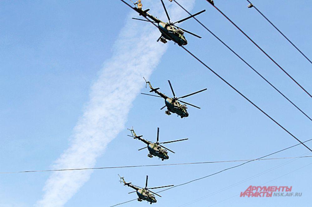 ... а в небо взлетели военные вертолёты.