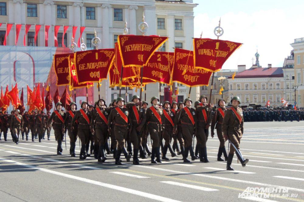 По площади пронесли штандарты участников войны.