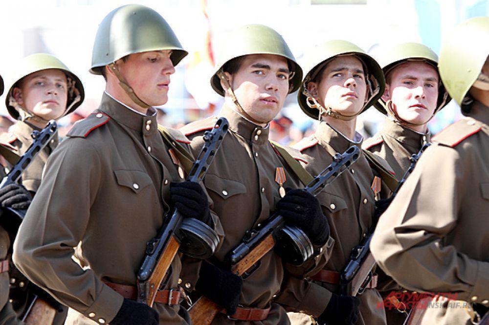 ... некоторые из них были в ретро форме: в такой сражались бойцы на фронтах войны.