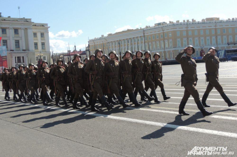 За знаменосцами проследовала рота почетного караула.