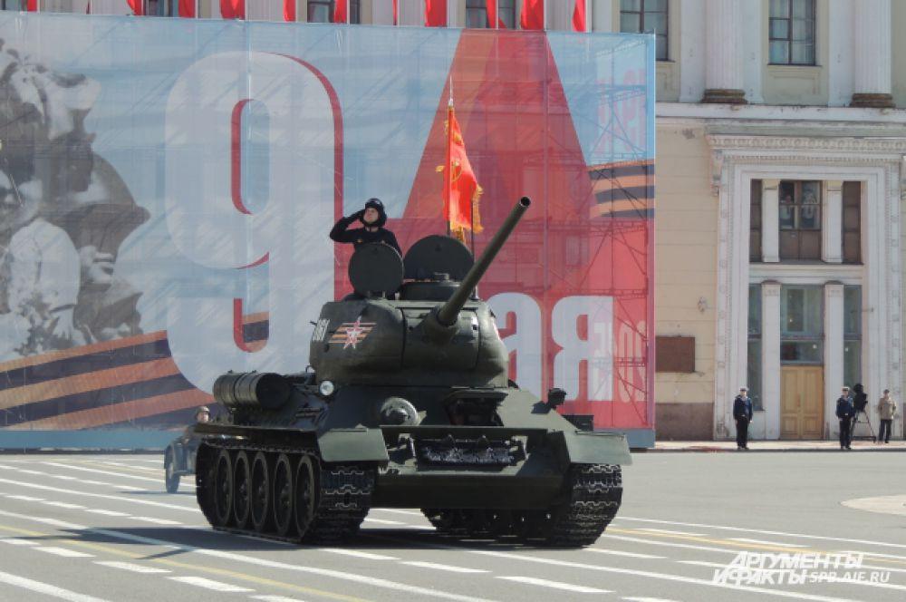 Первым из военной техники проехал легендарный танк Т-34 .