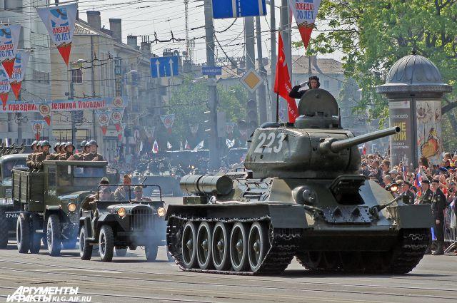 Легендарный танк Т-34 на улицах Калининграда.