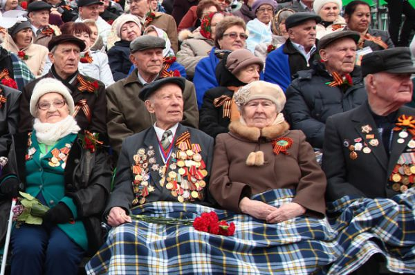 Ветераны наблюдали за парадом со специально построенных трибун.