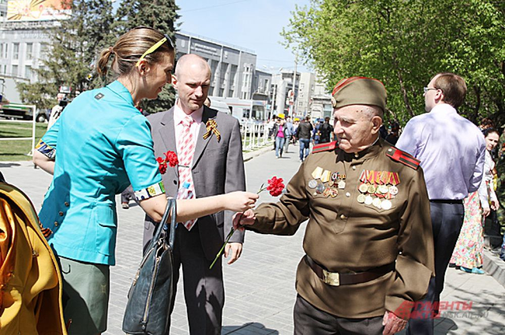 И все новосибирцы, вышедшие в тот день на улицу, не забывали поздравить с праздником самых главных его участников - ветеранов, которые 70 лет назад отстояли наше право на мирную жизнь.