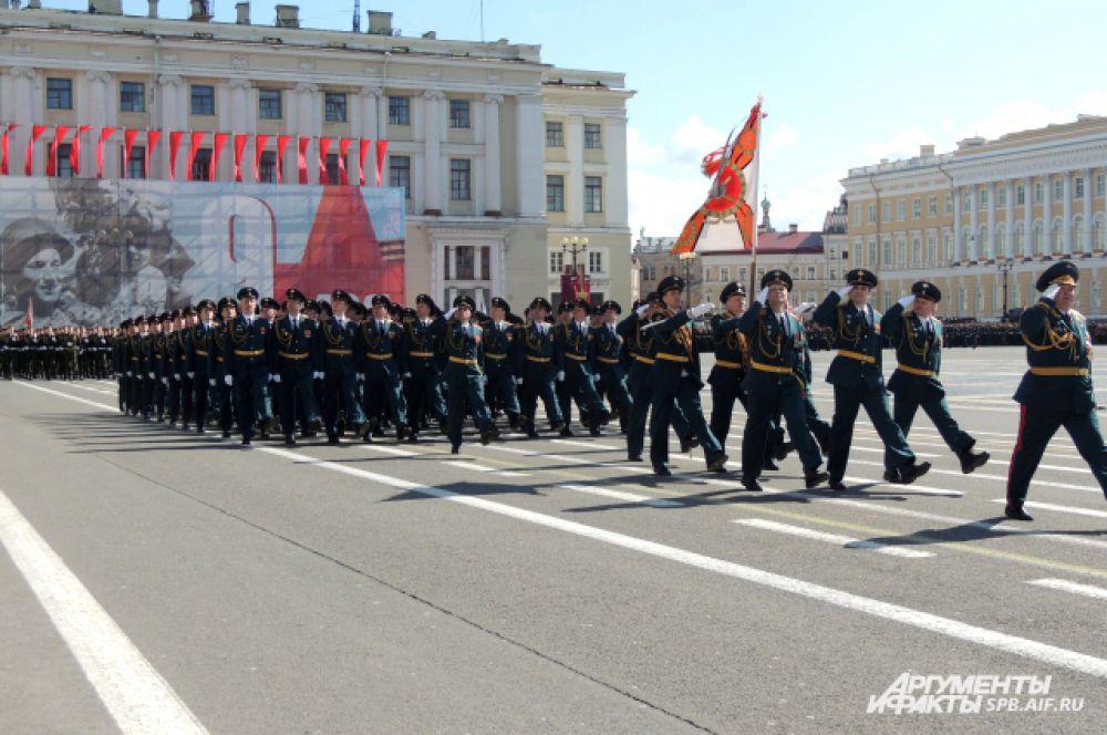 По Дворцовой площади прошли пехотинцы.