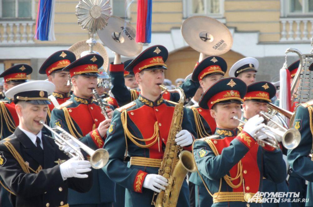 """Парад начался под музыку """"Священной войны""""."""