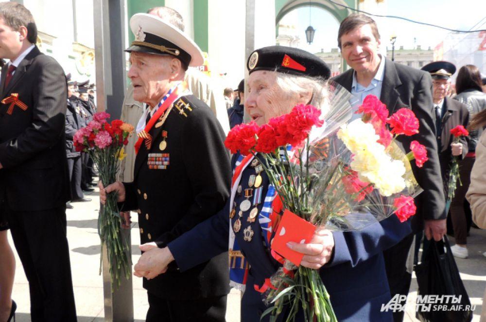 Зрители поздравили ветеранов.