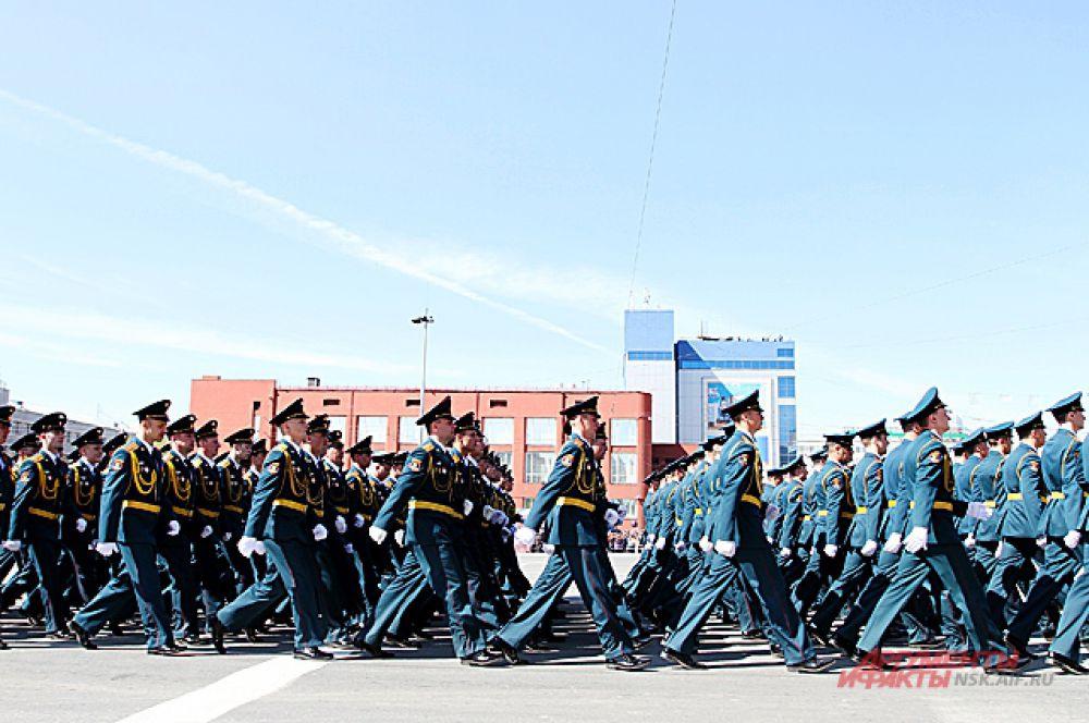 Сотни солдат шли строем по площади Ленина...