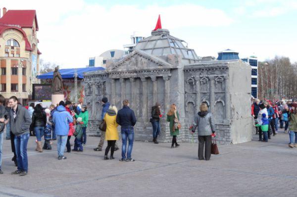 На центральной площади к празднику построены копии символичных зданий и памятников. Например, Рейхстага.