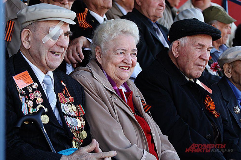 На трибунах за парадом наблюдали ветераны.
