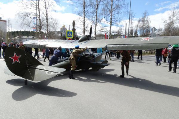 Самолет-амфибию провезли по улице вручную.