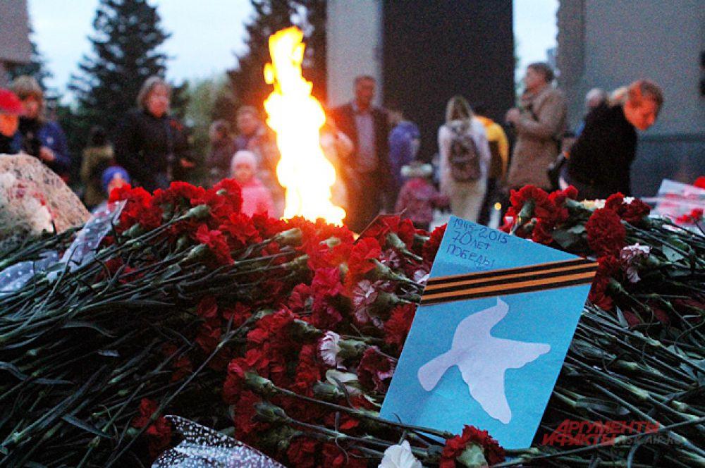 8 мая на Монументе Славы новосибирцы в очередной раз зажгли Свечу памяти.