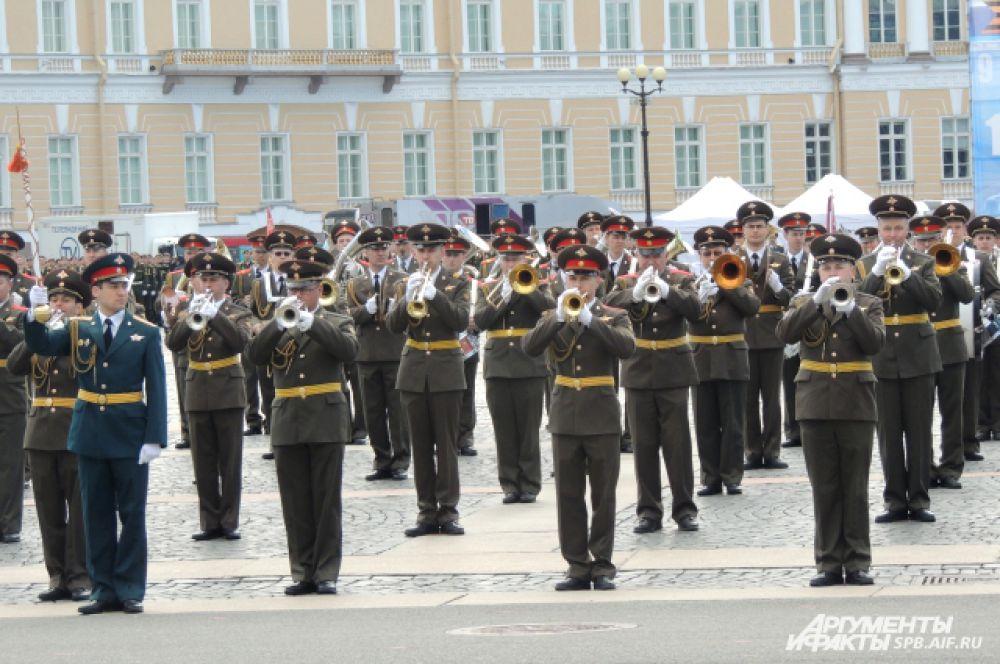 Оркестр сыграл военные марши.