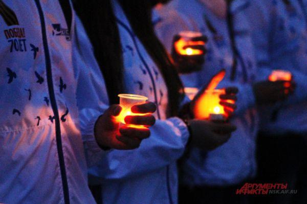 Эти огоньки в руках людей - дань памяти всем тем, кто воевал и кого мы должны благодарить за мир.