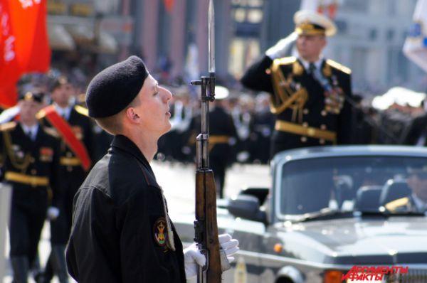 Торжественным маршем по площади Победы прошли парадные расчеты офицеров штаба Балтийского флота, моряков-балтийцев, военнослужащих береговых войск Балтийского флота.
