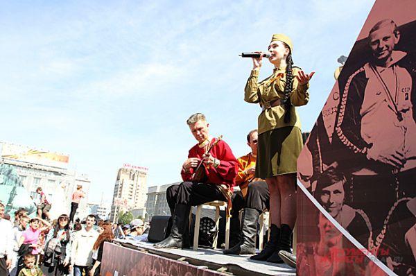 Люди пели военные песни...