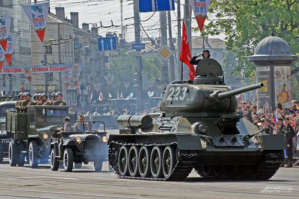 Парад Победы в Калининграде. Танк Т-34, который штурмовал Кенигсберг. Экипаж машины одержал четыре боевых победы, в том числе, уничтожив фашистскую самоходную установку «Фердинанд». Танк выпуска 1943 года специально восстановили к 9 мая.