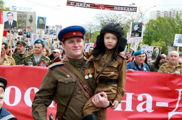 Завершила парад колонна «Бессмертного полка» с фотографиями солдат Великой Отечественной.
