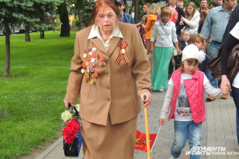 Несмотря на возраст, ветераны идут на парад.