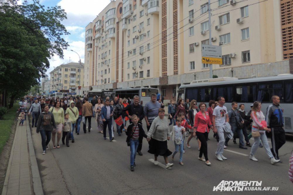 Театральная площадь в Юбилей 70-летия Победы собрала тысячи краснодарцев.