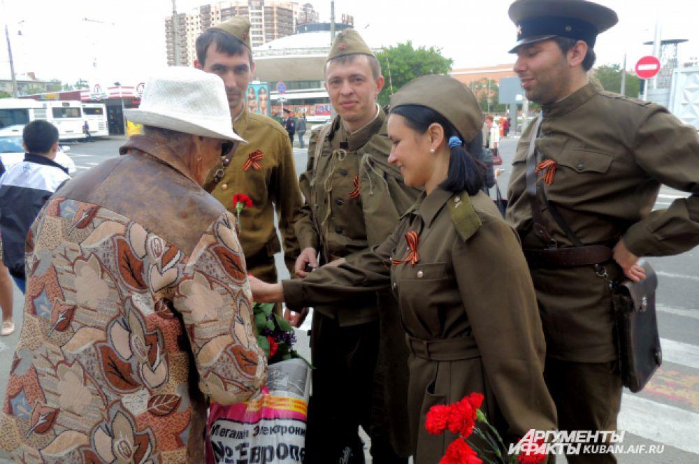 Ветеранов и «детей войны» поздравляют цветами.