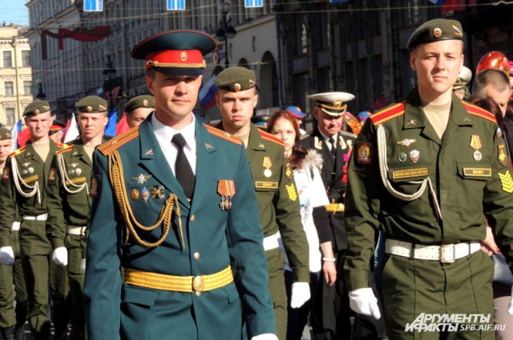 За ветеранами прошли молодые военные.