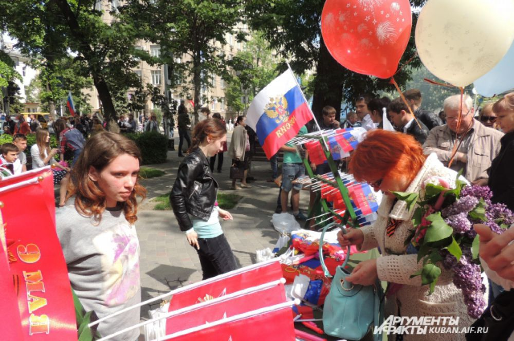 Тем, кто не захватил с собой флаги и прочую атрибутику, предлагали ее купить на месте.
