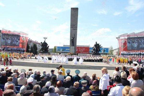 Сразу после Парада на площади Партизан началось театрализованное представление Это наша Победа.