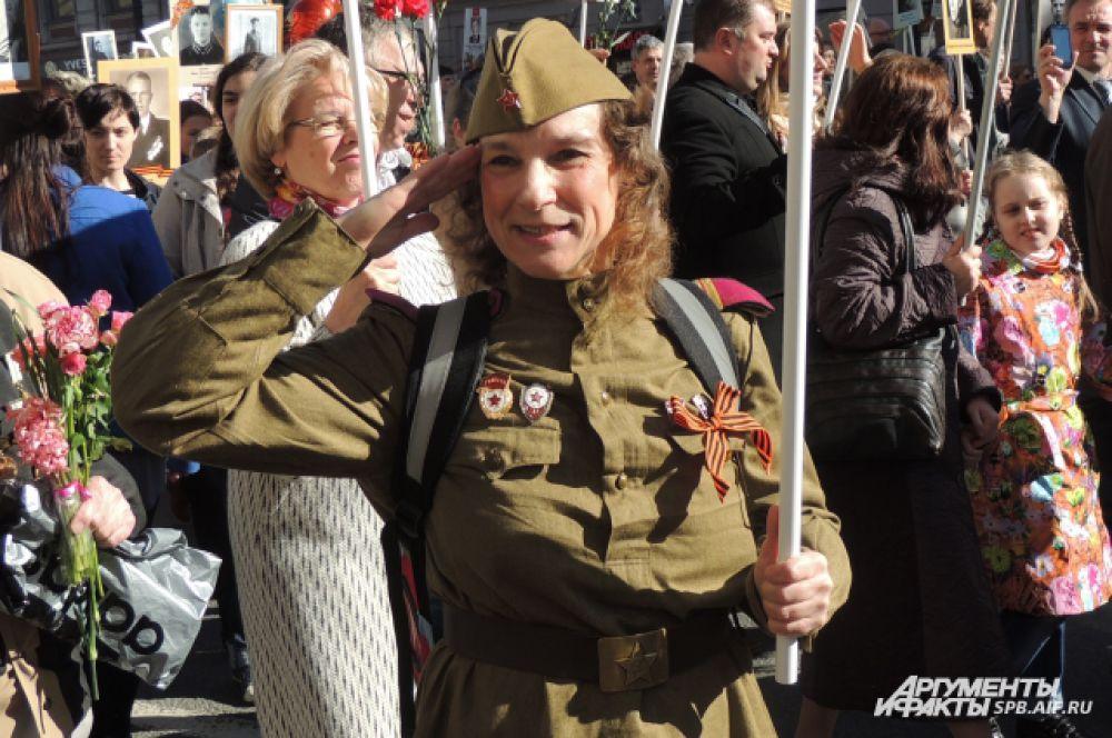 Многие участники акции надели военную форму.