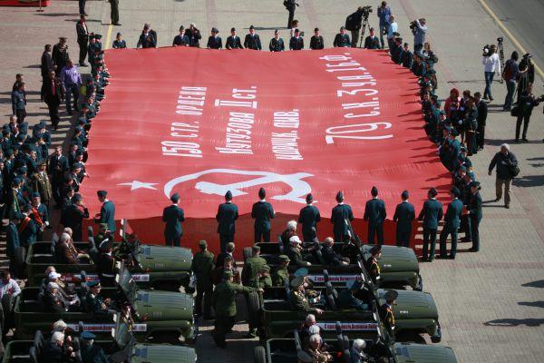 В День Победы по Брянску пронесли самую большую в Центральной России копию Знамени Победы. С сентября 2014 года она побывала по всех районах Брянской области.