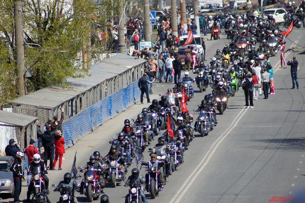 Колонна мотоциклистов в сопровождении двух машин ДПС проехала по центру Перми.