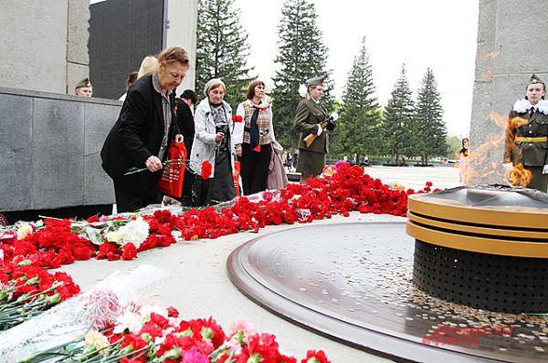 В конце мероприятия гости и организаторы вместо возложили цветы к Монументу Славы.