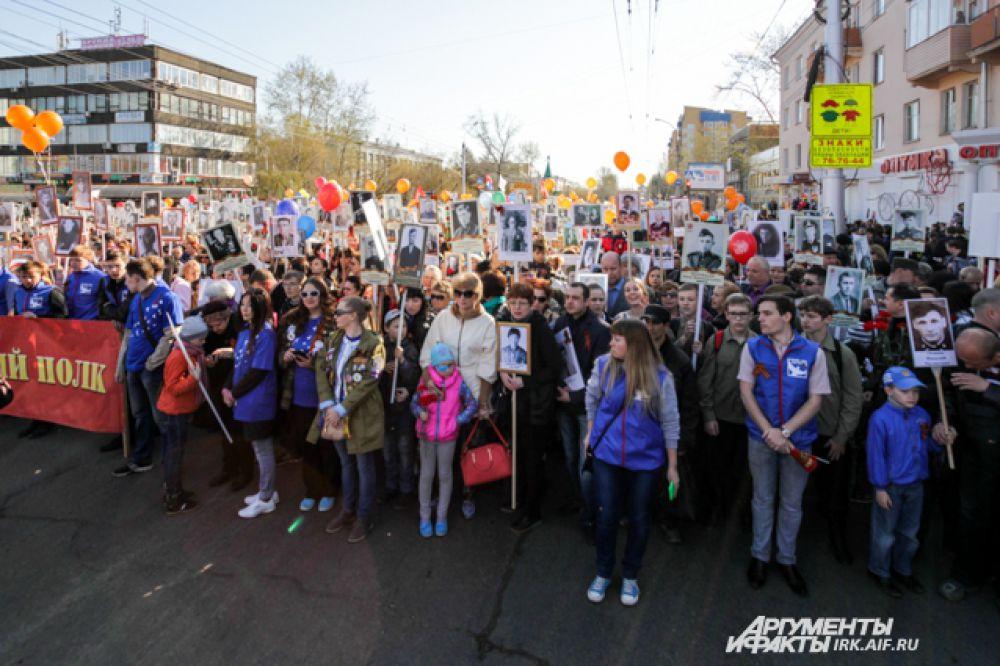 На всем протяжении маршрута в колонну вливались все новые участники, многие горожане с портретами своих близких стояли на тротуарах.