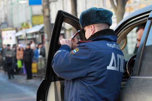 Тонировка автомобилей проверяется специальным прибором.