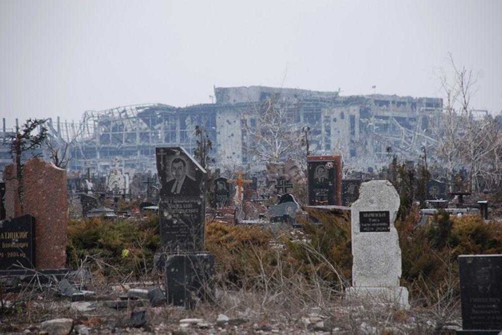 Разрушенное в результате обстрела во время боевых действий кладбище у Иверского женского монастыря, который расположен прямо перед аэропортом города Донецка.