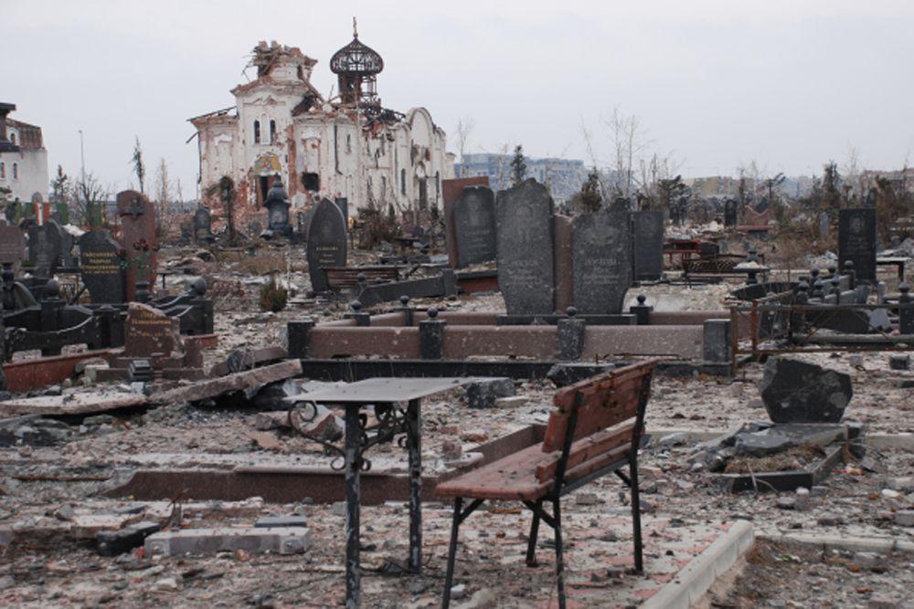 Разрушенный в результате обстрела во время боевых действий Иверский женский монастырь, который расположен прямо перед аэропортом города Донецка.